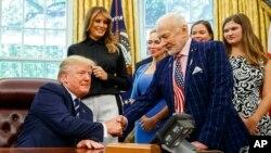 El presidente Donald Trump fue, además, informado de los planes de su gobierno de enviar astronautas de regreso a la Luna y a Marte.