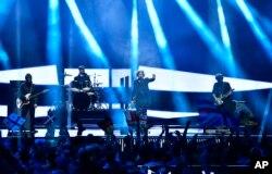 ນັກຮ້ອງ Nika Kocharov ແລະ Young Georgian Lolitaz ຂອງປະເທດໂຈເຈຍ ສະແດງຮ້ອງໃນເພງ 'Midnight Gold' ໃນລະຫວ່າງ ການແຂ່ງຂັນຮ້ອງເພງຮອບສຸດທ້າຍ ຂອງລາຍການ Eurovision ໃນນະຄອນ Stockholm, ປະເທດ Sweden, ວັນທີ 14 ພຶດສະພາ 2016.