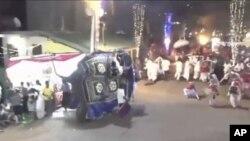 Gajah yang tiba-tiba mengamuk dalam acaara arak-arakan agama Buddha di Sri Lanka, Sabtu malam, 7 September 2019. (Derana Television via AP/videograb)