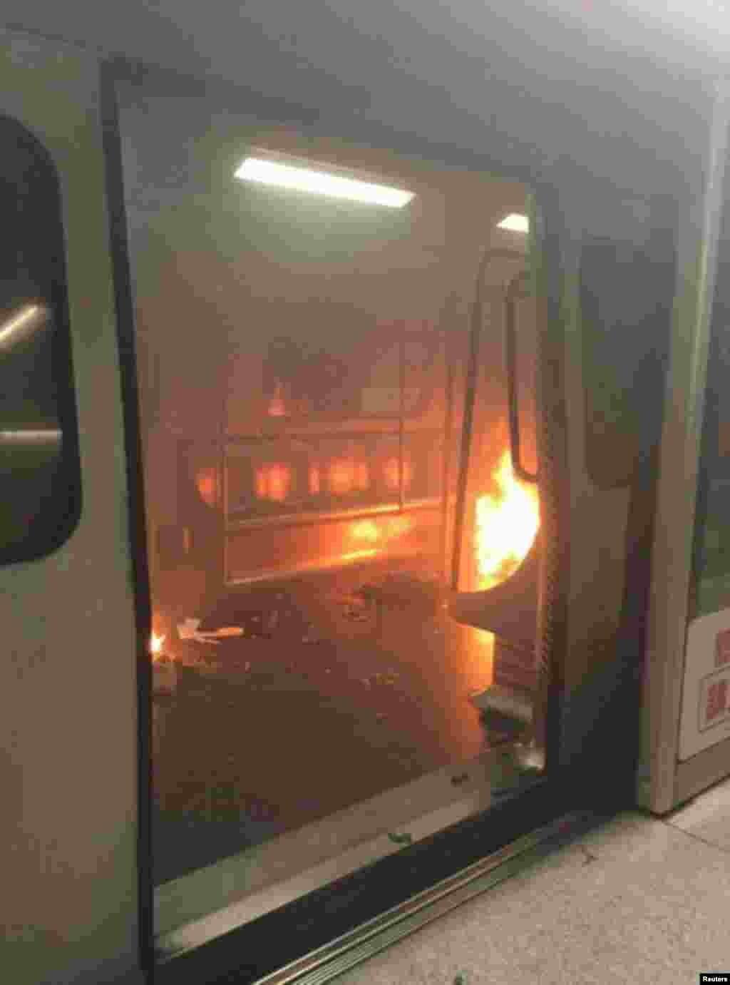 آتش زدن مترو توسط یک مرد در هنگ کنگ؛ پلیس می گوید اقدام او تروریستی نیست.