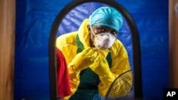 Seorang petugas medis mengenakan pelindung sebelum memasuki pusat perawatan Ebola di Freetown, Sierra Leone (foto: dok).