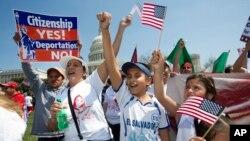 Para imigran Hispanik melakukan unjuk rasa menuntut reformasi imigrasi di AS (foto: dok). Lebih dari 11 juta orang Meksiko tinggal di Amerika, termasuk sekitar 6 juta imigran gelap.