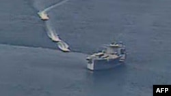 来自美国海军的照片显示伊朗伊斯兰革命卫队舰艇在阿拉伯海北部危险地逼近美国军舰。(2020年4月15日)