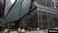 Barricadas y sacos son la constante en el bajo Manhattan que está paralizado. En la zona funciona el centro financiero y Wall Street que no abrió hoy.