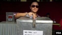 Pemilih memasukkan kertas suara ke dalam kotak dalam pemilihan kepala daerah Jakarta. (Photo: VOA/Andylala Waluyo)