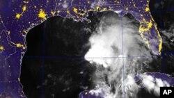 Foto infrarroja de satélite de la tormenta Karen mientras avanzaba el viernes 4 de octubre por del Golfo de México.