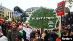 """Des protestants marchent avec des panneaux """"Protéger le climat - stop au charbon"""" à Bonn, Allemagne, le 4 novembre 2017."""