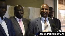 Le négociateur en chef des rebelles du Sud-Soudan Taban Deng Gai, à droite, tient une conférence de presse après l'arrivée du second commandant des rebelles Alfred Lado Gore, à gauche, à Juba, Soudan du Sud, 12 avril 2016,
