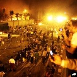 Les Egyptiens dans la rue, la nuitm en dépit du couvre-feu