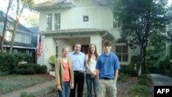 Gia đình nhà Salwen trước ngôi nhà mới sau khi bán căn biệt thự 7 phòng ngủ để dành tiền làm từ thiện
