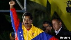 Николас Мадуро празднует победу после объявления официальных результатов президентских выборов в Венесуэле. Каракас. 14 апреля 2013 г.