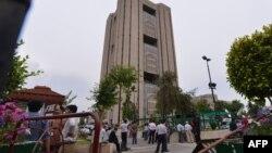 24일 파키스탄 이슬라마바드에서 지진이 발생하자 건물 밖으로 뛰쳐나온 사람들.
