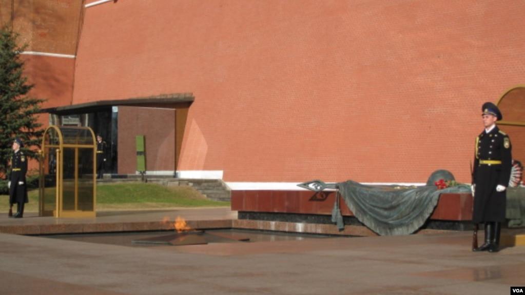 紀念二戰中喪生蘇軍士兵,位於莫斯科克里姆林宮牆外的無名烈士墓。 (美國之音記者白樺拍攝)