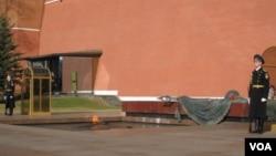 纪念二战中丧生苏军士兵,位于莫斯科克里姆林宫墙外的无名烈士墓。(美国之音记者白桦拍摄)