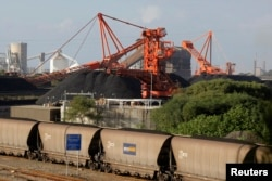 Sebuah kereta batu bara tiba di pelabuhan Newcastle di pantai timur Australia, 20 Juni 2009. (Foto: REUTERS)