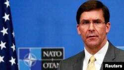 El secretario de Defensa de EE.UU., Mark Esper, habla en una conferencia de prensa en la sede de la OTAN en Bruselas el jueves, 13 de febrero de 2020.