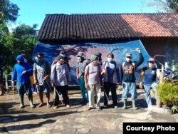 Masyarakat Desa Bedoyo, gotong royong melakukan penyemprotan desinfektan begitu ada warga positif terinfeksi virus corona. (Foto: via Suminto)