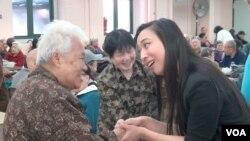 竞争纽约州众议员的劳动家庭党候选人牛毓琳在华埠老人中心拉票 (美国之音方冰拍摄)