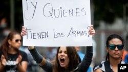 Una estudiante de la Universidad Alejandro de Humboldt participa en una protesta contra la violencia gubernamental en Caracas.