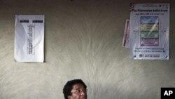 La lauréate du Prix Nobel de la Paix en visite chez un habitant du village de Fefee, près de Monrovia, après avoir voté (8 novembre 2011)