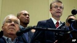 Agen khusus FBI, Richard DesLauriers (kanan) mengatakan pihak berwenang akan 'pergi ke ujung bumi' untuk mengejar pelaku pemboman di Boston (16/4).
