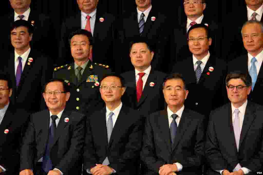 中国代表团部分成员和美国财政部长(前排右一)(美国之音林枫拍摄)