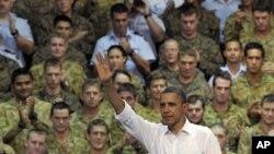 美国总统奥巴马11月17日在澳大利亚达尔文空军基地向美澳官兵招手