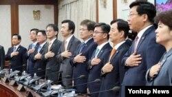 11일 한국 정부서울청사에서 열린 임시국무회의에서 참석한 장관들이 국민의례를 하고 있다.