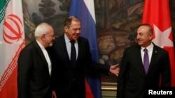 تینوں وزرائے خارجہ ملاقات کے بعد صحافیوں سے گفتگو کے لیے آرہے ہیں۔