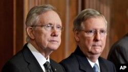Lãnh tụ khối đa số Harry Reid và lãnh tụ khối thiểu số Mitch McConnell (phải).