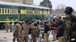 کوئٹہ میں فائرنگ کے بعد سیکیورٹی اہلکار حرکت میں۔ فائل فوٹو