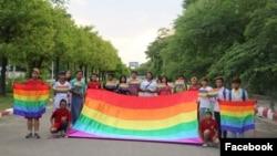 ေအာ္လန္းဒိုးၿမိဳ႕ အၾကမ္းဖက္ တိုက္ခိုက္မႈတြင္ ေသဆံုးခဲ့သူမ်ားအတြက္ ျမန္မာ LGBT မ်ားမွ မႏၱေလးၿမိဳ႕တြင္ ျပဳလုပ္ခဲ့ေသာ ဆုေတာင္းပြဲ။ (ဓါတ္ပံု - အေမရိကန္ သံရံုး Facebook)