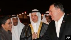 Майк Помпео пожимает руку послу Риму Аль-Халеду в аэропорту Эль-Кувейта, 19 марта 2019 года
