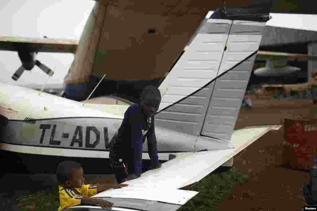 Crianças brincam num dos aviões avariados numa das áreas do aeroporto que está a ser usada como abrigo para muçulmanos que têm sofrido com a última onda de violência em Bangui, Março 4, 2014.