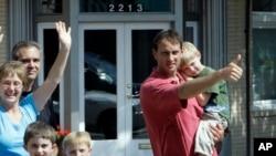 Gradjani mašu prededniku Obami i njegovim ćerkama Saši i Maliji koje je doveo na sladoled u poslastičarnici Dairy Godmother, prve godine svog mandata (20. juna 2009.)