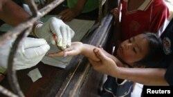 Trẻ em sống ở biên giới Thái Lan-Miến Điện xét nghiệm bệnh sốt rét trong huyện Yoke Sai, tỉnh Kanchanaburi.
