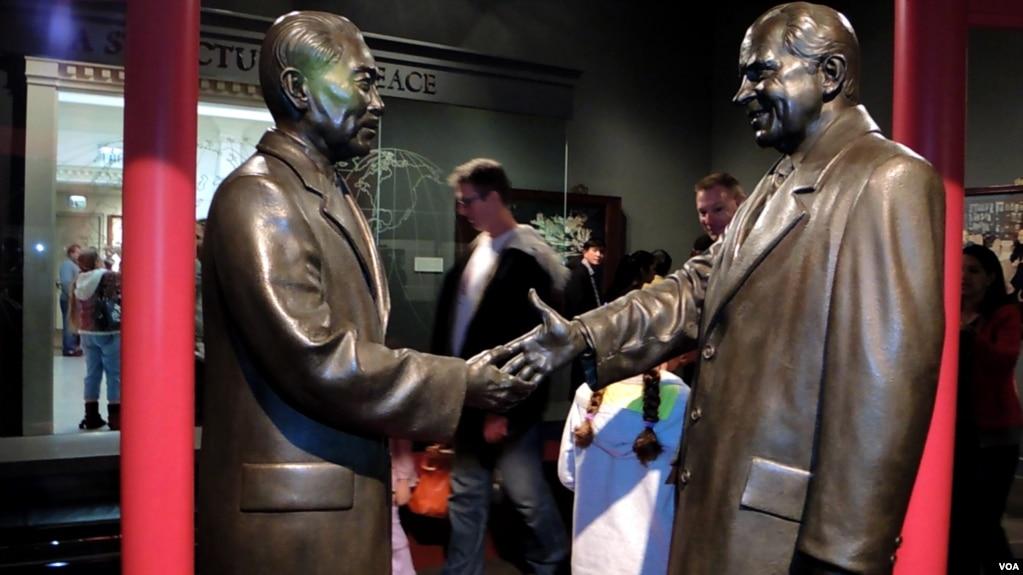 尼克松紀念圖書館裡的尼克松和周恩來握手的塑像(美國之音國符拍攝)。