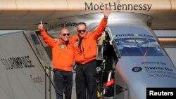 Phi công Andre Borschberg (phải) được chào đón bởi phi công đồng hương Thụy Sĩ Bertrand Piccard sau khi hạ cánh ở sân bay Cairo, Ai Cập, ngày 13 tháng 7 năm 2016.