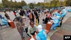 中国山东省青岛市的医护人员继续给市民做新冠病毒核酸检测。(2020年10月13日)