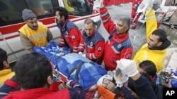 土耳其救援隊伍星期三在地震災區埃爾西斯鎮再救出一名27歲女子﹐將他送上救護車。
