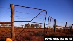 Sebuah gerbang tua di pagar dingo berusia 100 tahun dapat dilihat di pinggiran kota pedalaman Queensland, Stonehenge di Australia, 12 Agustus 2017. (Foto: REUTERS/David Gray)