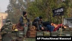 Kelompok pemberontak terkait al-Qaida di Suriah, Jabhat al-Nusra dalam serangan di pangkalan udara militer di Taftanaz, propinsi Idliawal Januari 2013 (Foto: dok). Pimpinan Jabhat al-Nusra, Abu Mohammad al-Golani, menyatakan janji setia kepada pemimpin al-Qaida Irak melalui rekaman suara yang diunggah di situs militan (10/4).