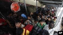 印度东北各邦民众挤在火车站内