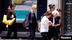 在澳大利亞城市悉尼,一名槍手在市中心商業區一家餐館扣押了人數不詳的人質﹐圖為咖啡廳旁建築物一名婦女在警方幫忙下疏散。