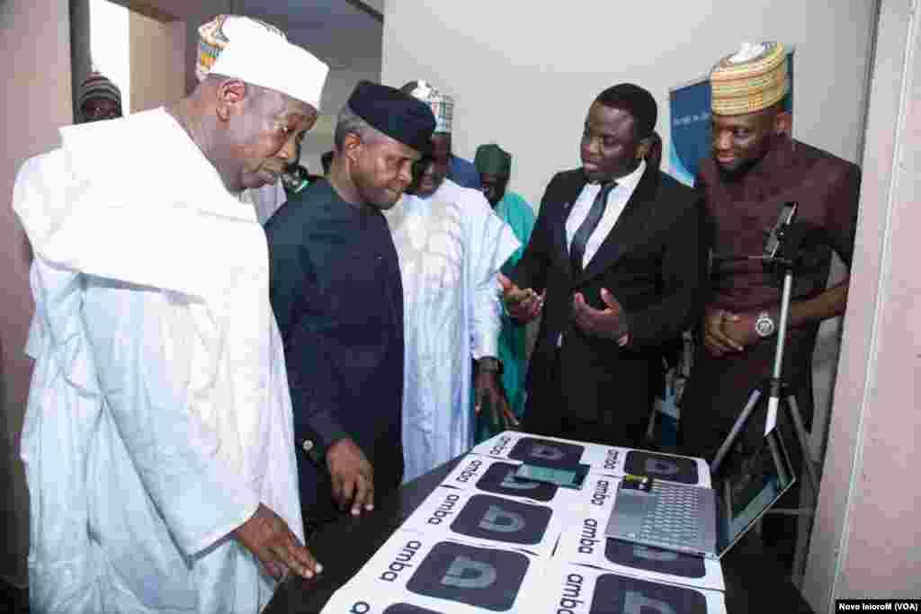 Mataimakin Shugaban Najeriya, Prof. Yemi Osinbajo a wajen gasar kirkiro da fasaha a B.U.K tare da gwamnan jihar Kano, Abdullahi Ganduje