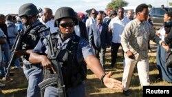 Tentara Lesotho mengawal PM Thomas Thabane (tengah) pada pemilu di desa Magkhoakhoeng di luar ibukota Maseru (foto: ilustrasi).