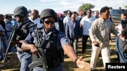 Thomas Thabane arinzwe n'abapolisi mu matora ya 2015.