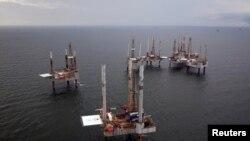Archivo - Instalaciones petroleras en el Golfo de México, cerca de Puerto Fourchon, Louisiana.