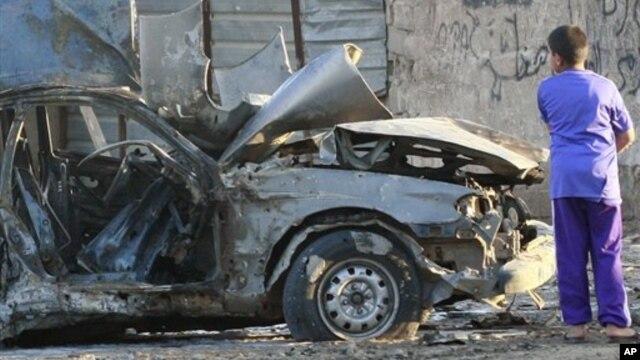 22일 이라크 바그다드에서 차량폭탄 공격으로 파괴된 차량.