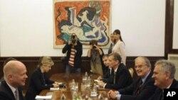 Predsednik Srbije Tomislav Nikolić za vrmee razgovora sa britanskim šefom diplomatije Vilijamom Hejgom, u Beogradu 25. oktobra 2012.